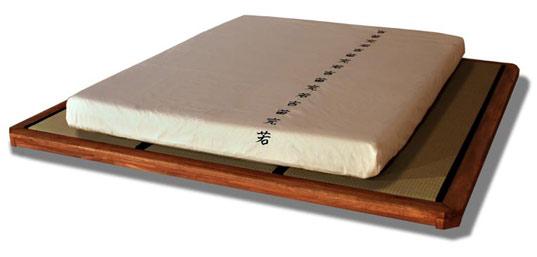 Letto DOJO in legno massello lamellare di faggio, tutto ad incastro senza parti metalliche (Magnetic Free). Studiato appositamente per contenere i Tatami.
